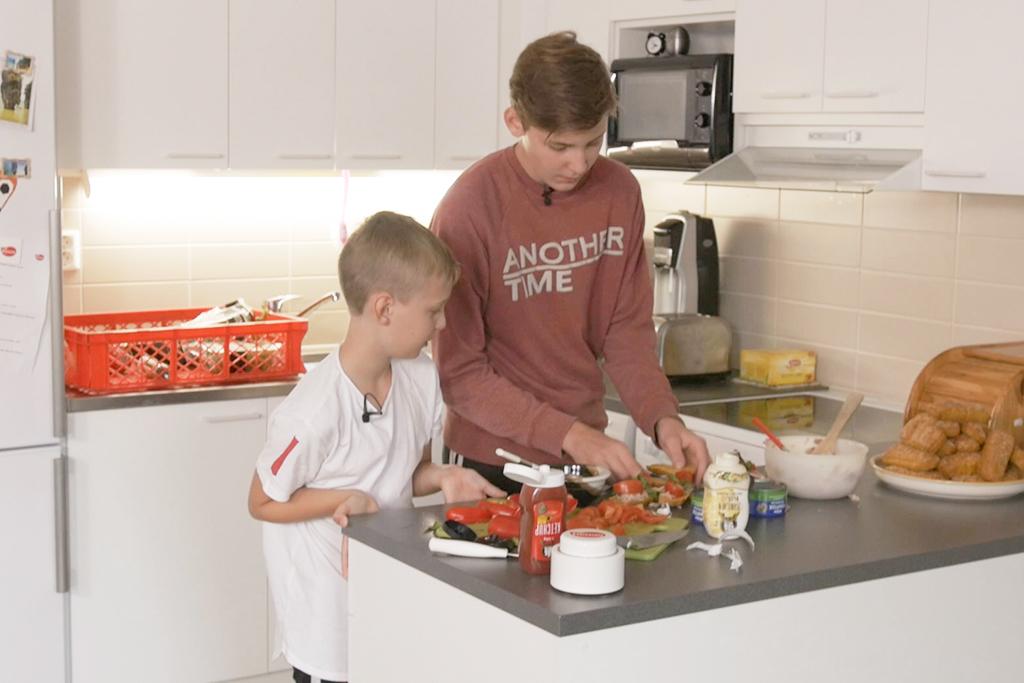 Pojat kokkaavat välipalaleipiä