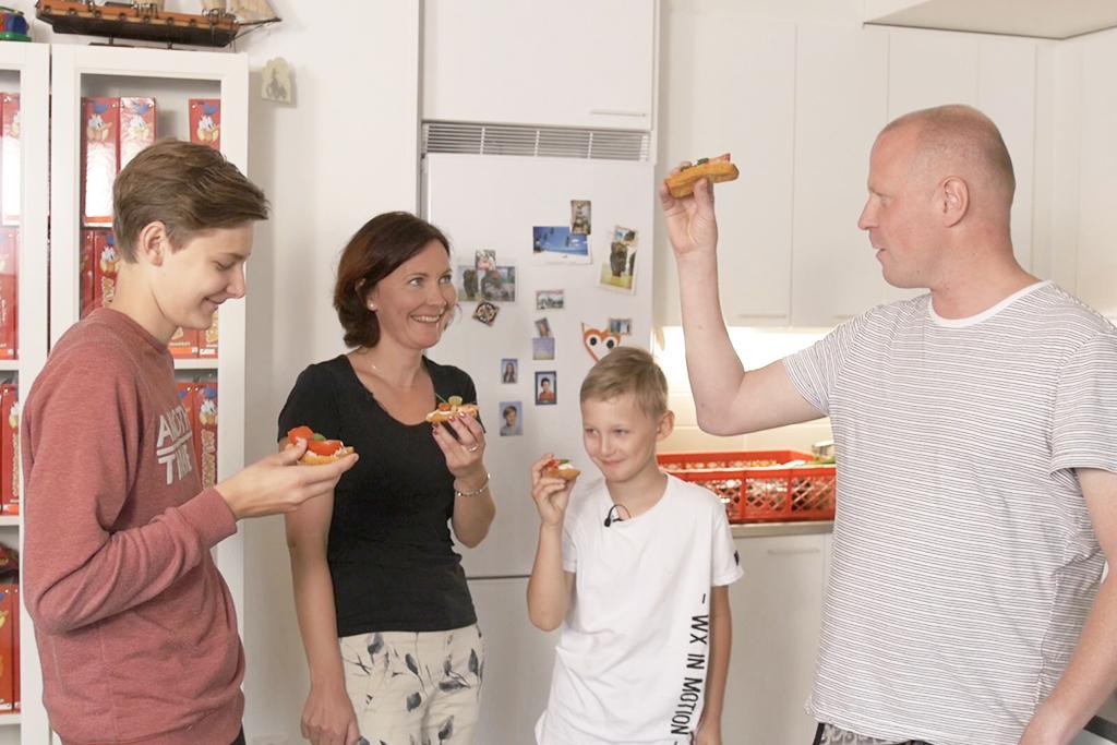 perhe syö leipää